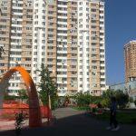 Ребёнок на детской площадке на руках Фото град Московский